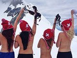 女孩雪山上裸胸 呼吁感受自由