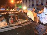 黑车司机拒查 执法者锤子破窗