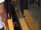 美国女子被挤下火车站台