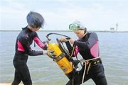 海军女潜水员通过考核