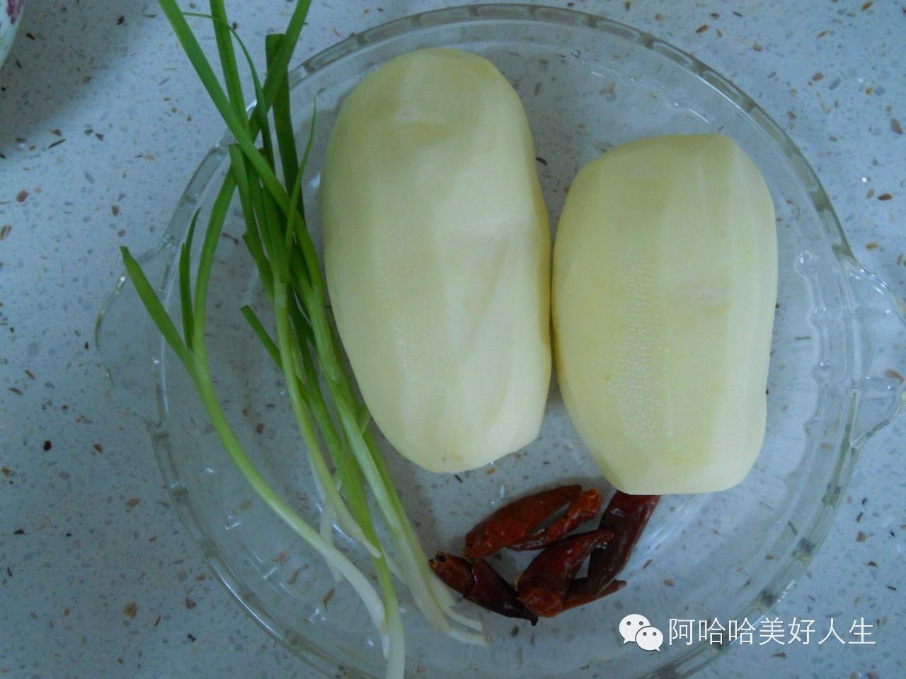 土豆去皮,洗净刨丝,把土豆丝泡到水里几分钟