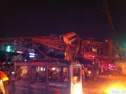 河北燕郊一主干道发生电塔倒塌