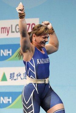 在第二次试举155公斤成功的波多贝多娃已打破了两项