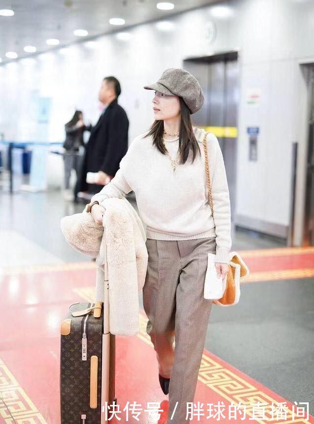 洁衣服又穿小羊羔,换低领打底更显女生,戴金什么机场腿气质粗穿的图片