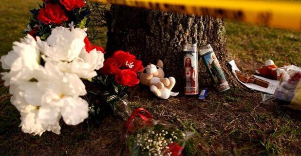美国民众献花悼念圣菲高中枪击案遇难者