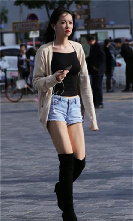 路人街拍,羞涩可人的小姐姐,走路自带气质,尽显青春迷人气息