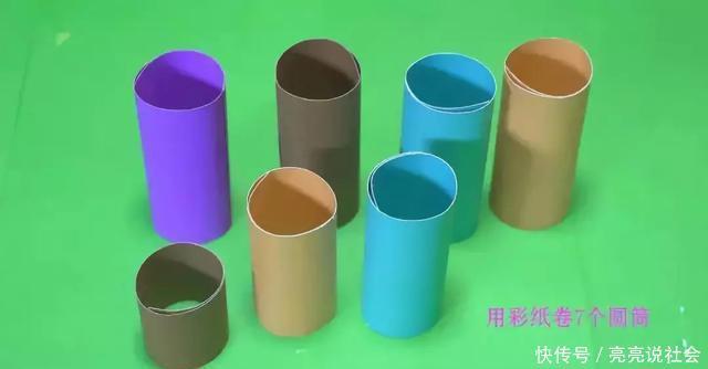 制作步骤:将彩色卡纸,做成卷纸筒的样子和大小,用双面胶粘成筒状.
