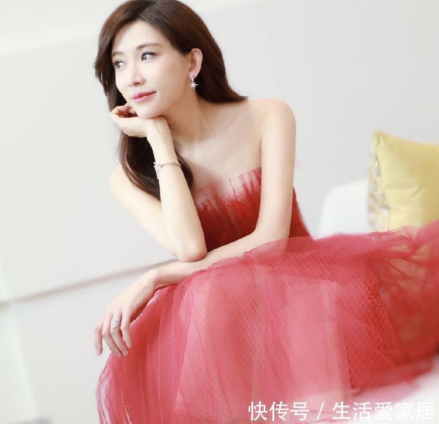 林志玲一袭红裙性感出席活动与老板握手推荐超无印良品精油微笑图片