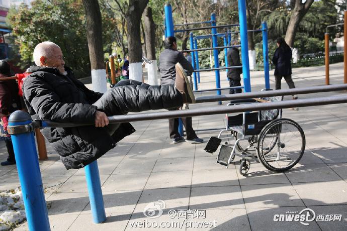 101岁大爷公园里跑步玩单双杠 分享长寿秘诀 - 周公乐 - xinhua8848 的博客