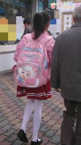 跪求小女孩只穿白袜走路图片