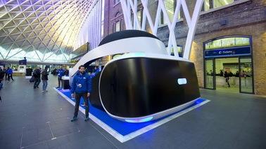 巨型索尼PSVR现身英国知名车站 提供全套VR体验设备
