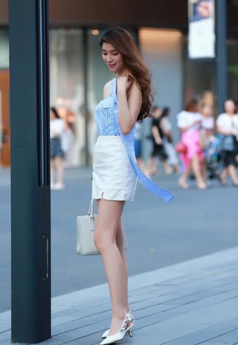 """路人街拍:时尚辣妈穿""""斜边""""清新吊带衫,搭配白裙,洋溢着青春感!"""