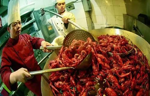 一盆色香味俱全的小龙虾实在是让人食指大动,两手合拢,用力一掰,伴随
