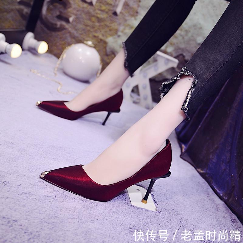 """女人若不想显老! 建议多穿这""""美脚鞋"""", 搭百褶裙, 秒变焦点"""