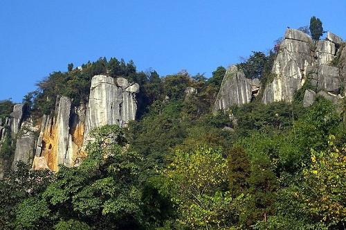 """罗浮山又名浮山,位于绵阳西面42公里,安县县城以西28公里,右有 """"蓉新"""
