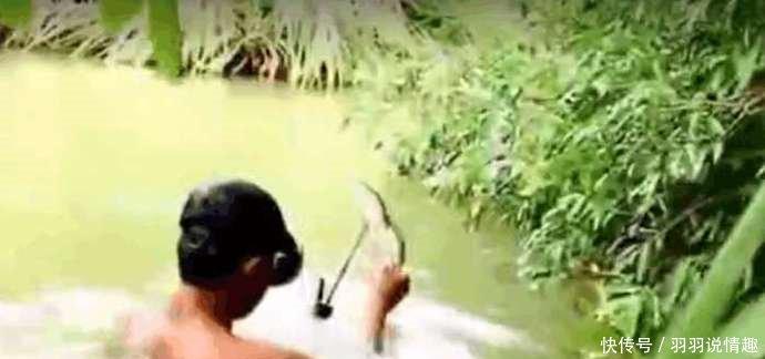 小伙利用木块自制捕鱼神器潜入水中每枪都能有所收获!