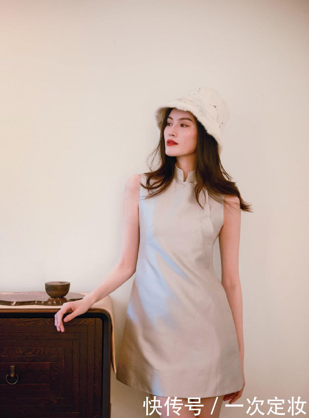 何穗穿中国风旗袍戴渔夫帽,四肢纤细韵味十足,网友:美呆了
