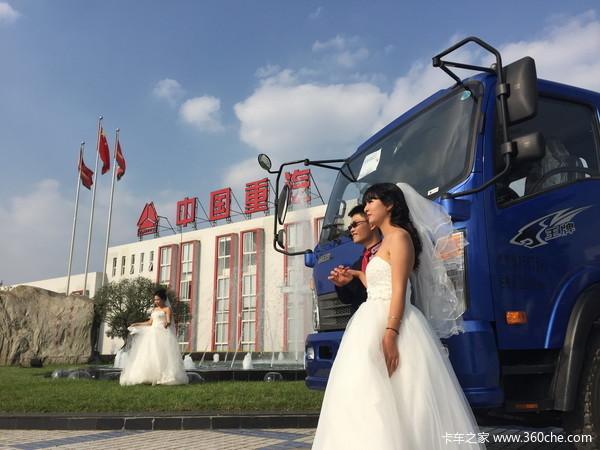 欧式广场,紫色鲜花,白色婚纱……整场集体婚礼