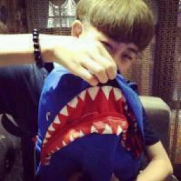 qq男生背鲨鱼书包头像的情侣头像