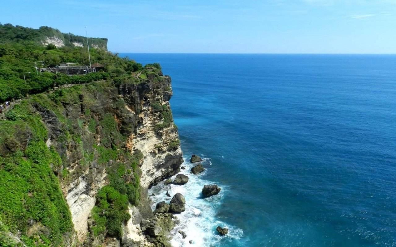 """消费旅游 正文  乌鲁瓦图断崖有一个美丽的名字""""情人崖""""位于巴厘岛最"""