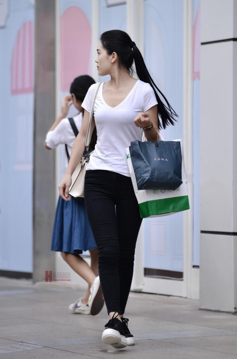 清纯小姐姐白色短袖搭配黑色紧身裤,身材凸凹