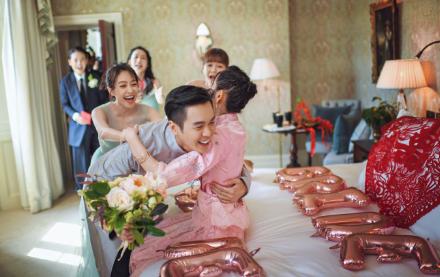 网友偶遇唐艺昕夫妇 嫁对人了
