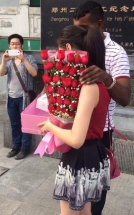 """【转】北京时间       外籍男子街头下跪表白 回应竟是""""耳光"""" - 妙康居士 - 妙康居士~晴樵雪读的博客"""