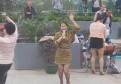 三公主蹦蹦跳跳上演最活泼《小苹果》,这婀娜多姿的扭舞看不够