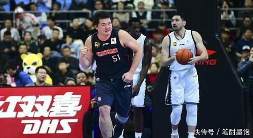 连广东球迷都看不懂万圣伟的作用,广东男篮用他只是为了刷话题