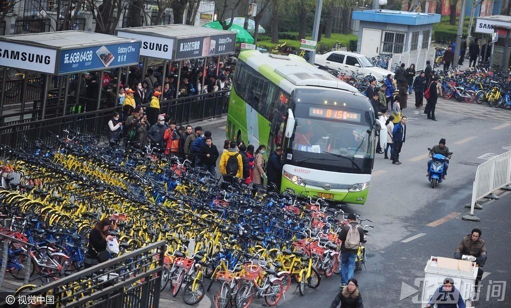 上千共享单车围困公交站 单车占道打破站台秩序 - 天地人 - 天地人和
