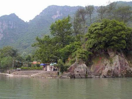 景区简介 顺溪景区是南雁荡山风景名胜区的景区之一,这里集青山,秀水