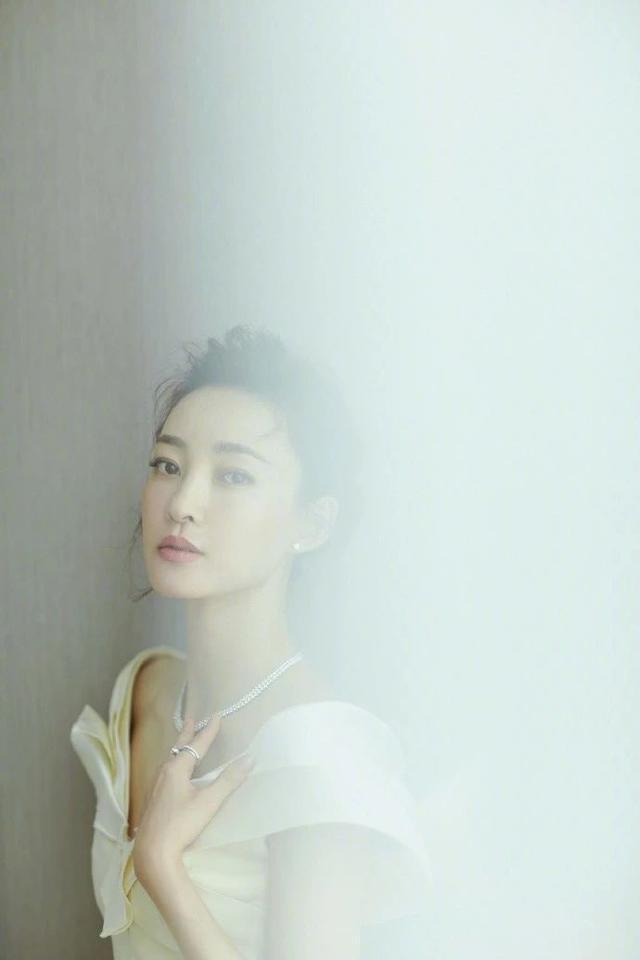 在发型方面,王丽坤比较喜欢梳留长发发型,并且将长发发型进行围扎