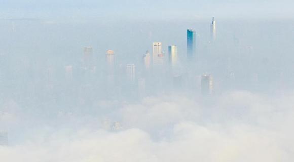 南京再起大雾 楼宇隐藏其间