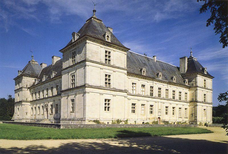意大利文艺复兴晚期建筑 典型实例有维琴察的巴西利卡(1549)和圆厅