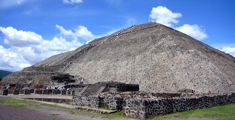 月亮金字塔位于墨西哥