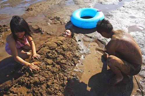 去海边为啥不要把身体埋进沙子里?导游:海水冲上来,你就明白了_图2