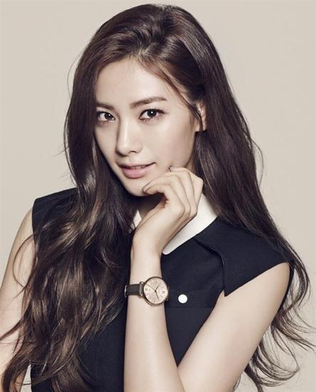 """""""全球最美脸蛋""""韩国女星nana代言手游"""