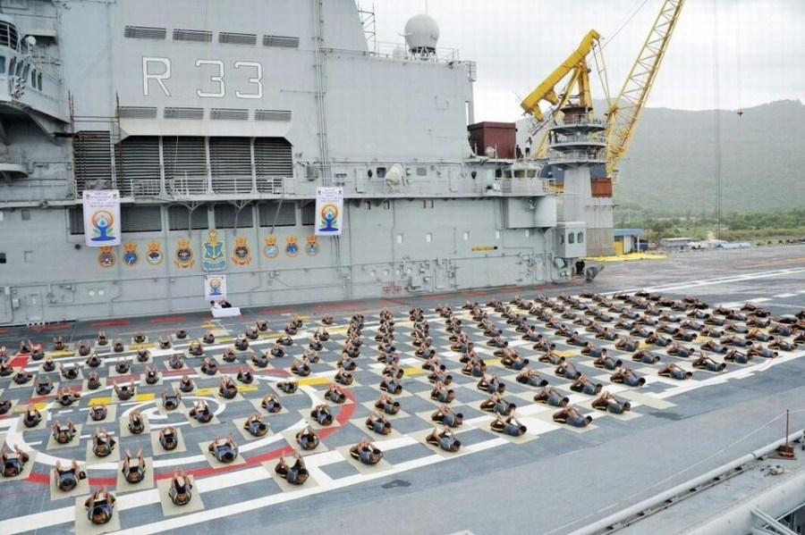 印度军人在航母甲板上大练瑜伽 场面各种壮观 - 周公乐 - xinhua8848 的博客