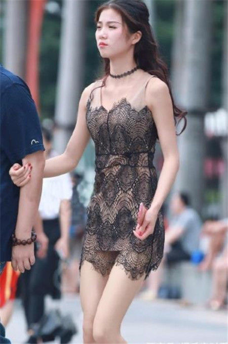 街拍:富有活力的小姐姐,唯美的穿搭很动人,很不错的姑娘