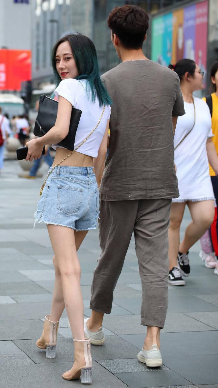 """路人街拍:辣妈""""炫腹"""",简单的穿搭让这个夏天清爽又时髦!"""