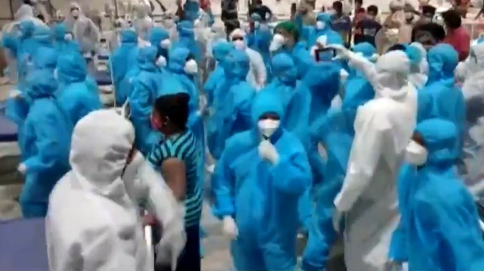 印度医护病房群舞,庆祝新冠治疗中心运行一周年