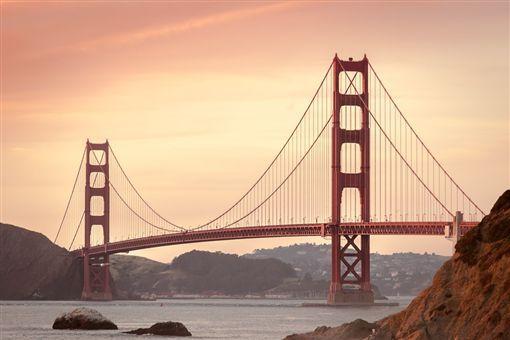 19年前想不开跳桥,海狮现身救命,男子重回旧地回馈社会