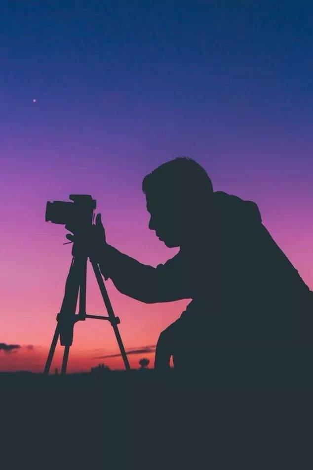 从我们准备学习摄影的那一刻起,人像摄影就终将伴随我们整个摄影生涯,在2017年,我们开设了7期人像摄影课程,累计三千多名学员参课,2018年我们推出西川老师人像摄影,一经推出取得了非常好的教学效果。在老学员们的一再要求下,我们决定继续开设西川老师人像摄影大师班系列课程,希望能够进一步提高学员们的作品水平。 一.