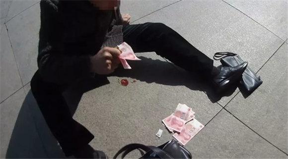 男子火车站突发疾病吐血 撒钱求路人援助