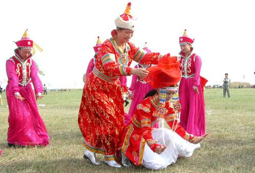 蒙古族的一支察哈尔人婚俗中的姑娘宴时女方为考验新郎的机灵强壮进行