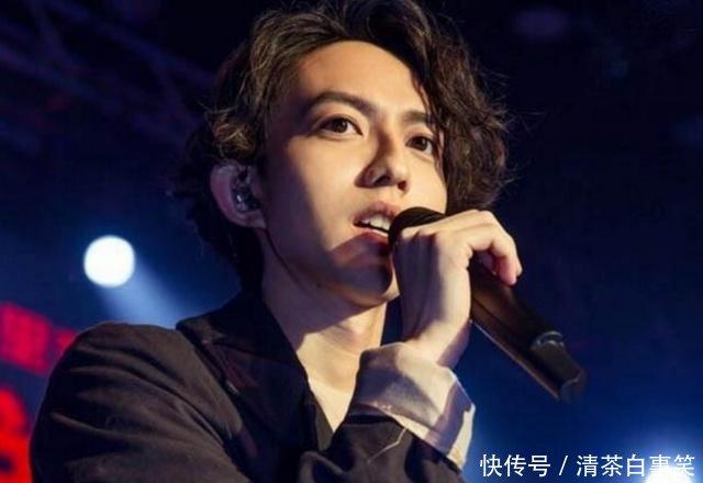 歌手演唱的时候,耳朵里戴的耳机在放的是什么