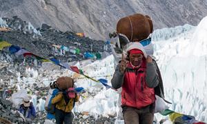 """没有卑微的""""背夫""""扛物资,为他们带回垃圾和尸体——珠峰不会有这么多挑战者"""
