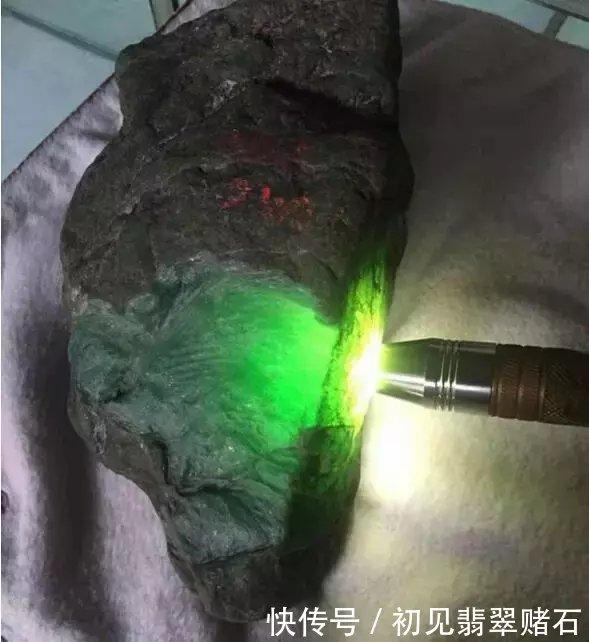 一块冰种翡翠原石开料切出满色的蛋面,冒绿光了!