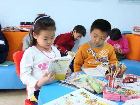 阅览室认真读书的孩子们