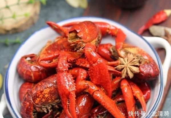 小龙虾到底有多脏?消毒水泡小龙虾,30分钟后瞬间不敢吃了